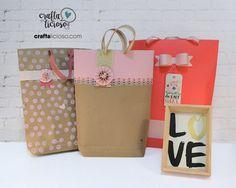 Mira el proceso de estas tres lindas bolsas de papel decoradas. Una de ellas tiene dos descargables gratuitos: el molde del moño y la tarjeta de flores.