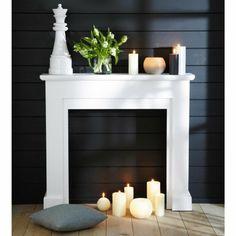 fausse cheminee avec bougies et coussins