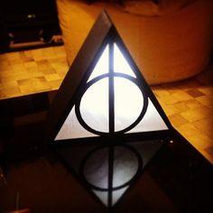 Luminária com o símbolo das relíquias da morte