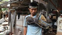 This #Ironman from #Indonesia made #arm out of #scrap to get rid of his #paralysisproblem!
