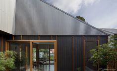 Completed in 2016 in Thornbury, Australia. Images by Tatjana Plitt. The Thornbury House is a low cost, compact family home set within a quiet, inner-suburban context. The design is underpinned by its playful roof form. Courtyard House, Facade House, House Roof, House Exteriors, Sustainable Architecture, Modern Architecture, Residential Architecture, Landscape Arquitecture, Corrugated Roofing