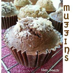 Choco-vainilla MUFFINS  RECETA  1-1/2 taza de harina de almendras o avena  3 claras  1/2 taza de leche de leche de almendras  1 cdita de polvo para hornear  1 cdita de vainilla 2 cdas de coco rallado (topping)  3 cdas de yogurt natural  1 cda de cacao en polvo  2 cdas de mantequilla de almendras o aceite de coco  Endulzante al gusto  Preparación:  En un tazón coloca los ingredientes húmedos y poco a poco vas integrando los ingredientes secos ya que tengas todo mezclado, Divide la mezcla . A…