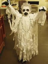 Awesome idea for a scary ghost homemade Halloween costume submitted by a reader. So clever! Anime Halloween, Costume Halloween, Diy Halloween, Costume Garçon, Homemade Halloween Costumes, Halloween Ghosts, Halloween Stuff, Ghost Costume Kids, Ghost Costumes