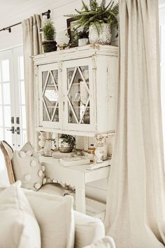Adding That Perfect Gray Shabby Chic Furniture To Complete Your Interior Look from Shabby Chic Home interiors. Shabby Chic Living Room, Shabby Chic Kitchen, Shabby Chic Homes, Shabby Chic Furniture, Vintage Furniture, Modern Furniture, Furniture Design, Modular Furniture, French Furniture