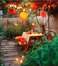 Velas y farolillos en el jardín