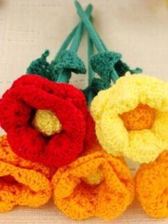 Flore toda feita em crochê, pétalas, miolo e folha. Caule feito com palito de churrasco forrado com linha de crochê. Diversas cores. Aceito encomenda. R$ 5,00 by Divonsir Borges