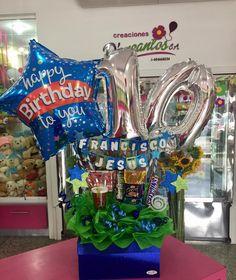 Hacemos que tus obsequios sean aún más especiales!!! Caja de regalos decorada  #Floristería #Tarjet - dencantos Balloon Box, Balloon Gift, Balloon Bouquet, Candy Bouqet, Candy Bar Wrappers, Balloon Animals, Ideas Para Fiestas, Gift Baskets, Flower Arrangements