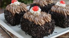 Κλασική Πάστα Σοκολατίνα Η συνταγή είναι από το κανάλι Pastry Designs Υλικά -σοκολατένιο παντεσπάνι -σιρόπι ζάχαρης -200 γρ. σοκολάτα 52% -500 ml κρέμα γάλακτος 35% -τρούφα σοκολάτας EΚΤΕΛΕΣΗ Ξεκινάμε την συνταγή μας, σπάζοντας με τα χέρια μας την σοκολάτα 52% σε κομμάτια σε ένα Cookbook Recipes, Sweets Recipes, Candy Recipes, Cooking Recipes, Cake Mix Cookie Recipes, Cake Mix Cookies, Greek Sweets, Food Tasting, Greek Recipes
