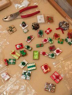miniature christmas presents Dollhouse Miniature Tutorials, Miniature Crafts, Miniature Christmas, Christmas Minis, Miniature Dolls, Dollhouse Miniatures, Vintage Christmas, Christmas Crafts, Christmas Ornaments