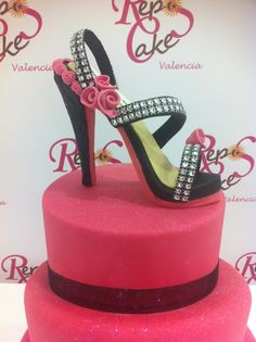 Zapato modelado en fondant con rosas y brillantes