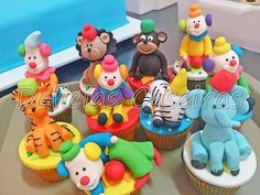 Cupcakes de chocolate decorados com personagens modelados 3D em pasta americana no tema da Festa do circo com palhaços, animais...