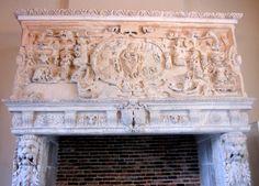 Chateau-Ecouen-Salle des bois sculptés- CHEMINEE DE LA CHARITE 1: (E.C.19096), achetée par le musée de Cluny en 1867, provient d'une maison sise au n°1 de la rue St-Jacques à Troyes. Le manteau est décoré au centre d'un médaillon ovale à fond de paysage sur lequel se détache l'allégorie de la Charité, et sur les parties latérales de cuirs découpés, de satyres, de guirlandes de fruits et de trophées.
