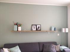 De kleur Early Dew op de muur en een steiger houten plank met ijzeren plankdragers boven de bank.