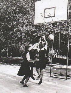 Baloncesto en el recreo.