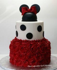 #minniemouse #Minniemousecake #Disney #polkadots #buttercreamcakes #Fondantcakes #Thecupcakegirlmiami #customcakesbyLilly