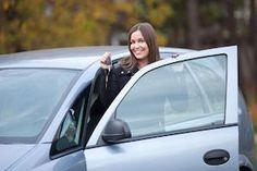 Jonge vrouwen zoeken auto vaker online dan mannen. En zij doen beter onderzoek naar de occasion voordat zij er een aanschaffen