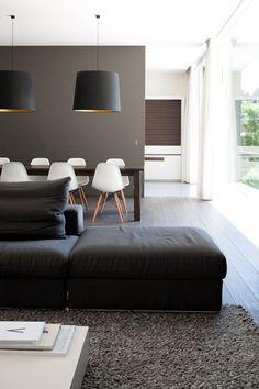 Mur taupe, suspension abat-jour noir, tapis gris. Géométrique simple et efficace. //