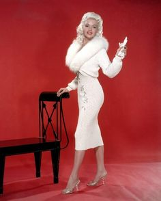 Actress Jayne Mansfield has always been somewhat compared to Marilyn Monroe throughout Hollywood history Vintage Glamour, Glamour Hollywoodien, Old Hollywood Glamour, Vintage Hollywood, Hollywood Stars, Vintage Beauty, Classic Hollywood, Vintage Fashion, Hollywood Fashion