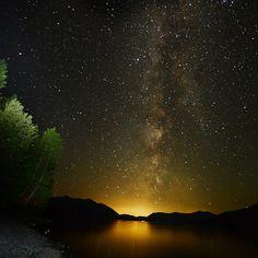 Las luces de la vía láctea iluminan el cielo durante la madrugada sobre el lago McDondald en el Parque Nacional Glacier en Montana, Canadá. Foto: AP
