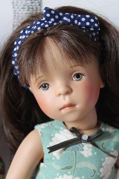La Minouche de Vaniline Anddoll, porte Sarrant de Mina Couturen White Balloons, Dolls Dolls, Beautiful Dolls, Handmade Dolls, Puppets, Cute Dolls
