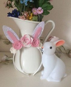 Beautiful hand made Easter bunny headband. Made with 100% wool felt and chunky glitter fabric. The ears are approx 10cm tall. This can be made as