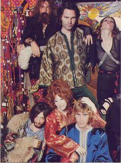 Jim Morrison com a namorada Pamela Courson (de vermelho) e amigos em 1969, na inauguração da boutique que Pamela manteve em Los Angeles de 1969 a 1971, a Themis Boutique, referência lendária entre estrelas do cinema e do rock.  Veja mais em: http://semioticas1.blogspot.com.br/2013/12/jim-morrison-aos-70.html