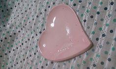 ピンクの土に透明釉を掛けたものです。刻印入りのHeart小皿。happy? と投げ掛けてます☆重さは94グラム縦9㎝×横10㎝|ハンドメイド、手作り、手仕事品の通販・販売・購入ならCreema。