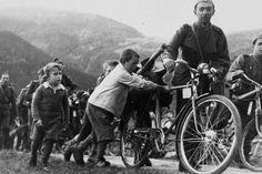 Mobilmachung 1939: Kinder begleiten Soldaten an ihren Einsatzort. (RDB)