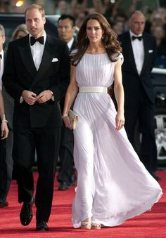 Kate Middleton has really settled into her role as a glamorous fashion icon. For the BAFTA Awards in Los Angeles in July, she opted for this violet pleated dress with a simple white glitter belt designed by Alexander McQueen. Estilo Kate Middleton, Kate Middleton Dress, Kate Middleton Prince William, Prince William And Catherine, Kate Middleton Style, Lilac Dress, Royal Fashion, Classy Women, My Style