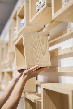 Sistema de cajas que se pueden cambiar de posición sobre un sistema de raíles atornillados a la pared. AlpStories Community Store by Brigada, Zagreb – Croatia » Retail Design Blog