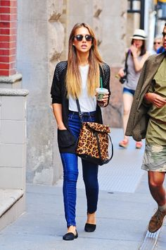 Cute outfit on Jessica alba. Casual look. Skinny jeans, long cardigan, leopard bag #streetstyle