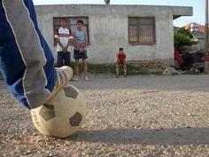 Bizim mahalle arasında, taştan kurulma kalelere sahip sahalarımız vardı…3 kornerin 1 penaltı ettiği dönemlerdi.