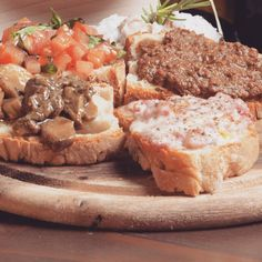 . . Guten Appetit!!! Heute gibt's klassische Toskanische Appetithäppchen... Crostini!!!😋 Crostini, Tuscany, Organize, Dream Wedding, Blog, Tuscany Italy, Blogging