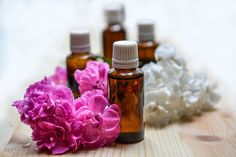 Home health remedies to use natural essential oils for cold and flu. These are the oils to use in homemade remedies. Make diy home remedies with these essential oils. These home remedies for wheezing and healthy home remedies when you don't feel good. Ginger Essential Oil, Best Essential Oils, Essential Oil Blends, Pure Essential, Huile Tea Tree, Tea Tree Oil, Sent Bon, Aromatherapy Oils, Aromatherapy Recipes