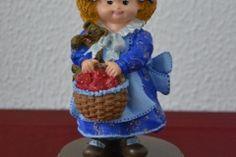 Muñeca con cesta de fresas pintada a mano.