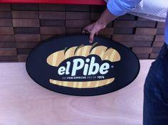 #ElPibe descubriendo su nombre en la #RambladePoblenou...
