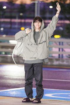 """Hoseok's airport fashion — an important thread"" Jung Hoseok, Bts Airport, Airport Style, Airport Fashion, Gwangju, Foto Bts, Hope Fashion, Fall Fashion, Bts Love"