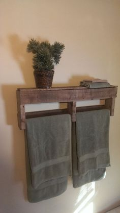Bathroom Storage Ideas - The majority of us have small bathrooms where there's small area to put furniture pieces or make any huge makeovers. Save money and area with these DIY rustic bathroom storage ideas! Pallet Crafts, Diy Pallet Projects, Home Projects, Design Projects, Diy Crafts, Pallet Towel Rack, Rustic Towel Rack, Palette Diy, Diy Casa