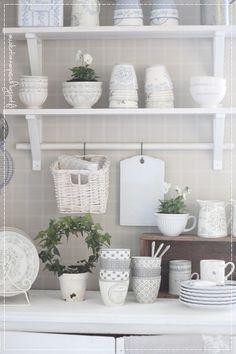 keittiö, sisustus, maalairomanttinen koti, kauniit astiat, orvokki, vaalea koti,