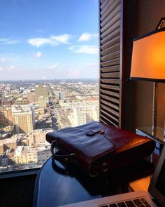 Mi maletín en #NOLA con vista de pájaro #45floor #maletin #neworleans #hardworking #desk #macbook #nicework #viajando #traveling