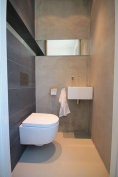 Toilet gedeeltelijk betegelt met grote tegels en pandomo stucwerk op de wanden. Ontwerpen door Filiaal 4 i.s.m. Pieter de Boer. www.pieterdeboer.com