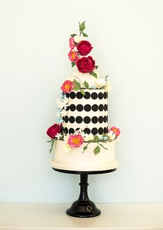 Black circle wedding cake with florals @weddingchicks