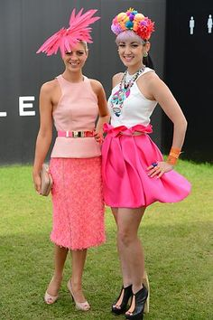 Spring racing season is not all pretty dresses and hats. These tips will help you plan and navigate your day at the races so that you won't waste your time in line. Horse Race Outfit, Races Outfit, Race Day Fashion, Races Fashion, Derby Outfits, Summer Outfits, Melbourne Cup Fashion, Carnival Fashion, Spring Racing Carnival