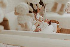 Ensaio Newborn Lifestyle em Curitiba | Recém-nascido em casa  Fotografia de família por Adrieli Cancelier Bassinet, Home Decor, About Family, Family Photography, Home, Pictures, Crib, Decoration Home, Room Decor