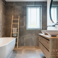 Wauw, wat een prachtige landelijke badkamer! Dream Bathrooms, Beautiful Bathrooms, Home Design, Long Way Home, Concrete Bathroom, Bathroom Goals, Bathroom Interior Design, Dream Decor, Bathroom Inspiration