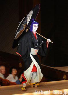『助六由縁江戸桜』市川海老蔵 Samurai, Japanese Outfits, Japanese Kimono, Japanese Culture, Geisha, Traditional Art, Photo Art, Images, Shigeru