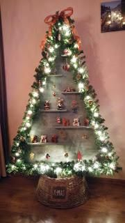 New Christmas tree we made this year with wood and guirlande. Very pleased Corner Christmas Tree, Pallet Christmas Tree, Tabletop Christmas Tree, Christmas Tree Design, Christmas Tree Crafts, Christmas Makes, Christmas Villages, 1st Christmas, Christmas Tree Decorations