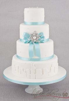 Is it bad that we already designed our cake and I want this one? New York skyline Breakfast at Tiffanys Wedding Cake This would be perfect with the Eiffel Tower instead! Tiffany Wedding Cakes, Tiffany Cakes, Tiffany Theme, Round Wedding Cakes, White Wedding Cakes, Tiffany Blue, Tiffany Party, Wedding Blue, Cake Wedding