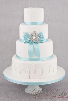 Bolo de casamento branco com detalhes em azul.