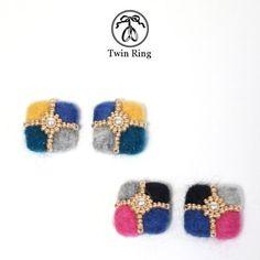 ウールのスクエアピアス/イヤリング(ブルー系) Old Things, Button Button, Stud Earrings, Color, Jewelry, Accessories, Fabric Scraps, Colour, Jewellery Making